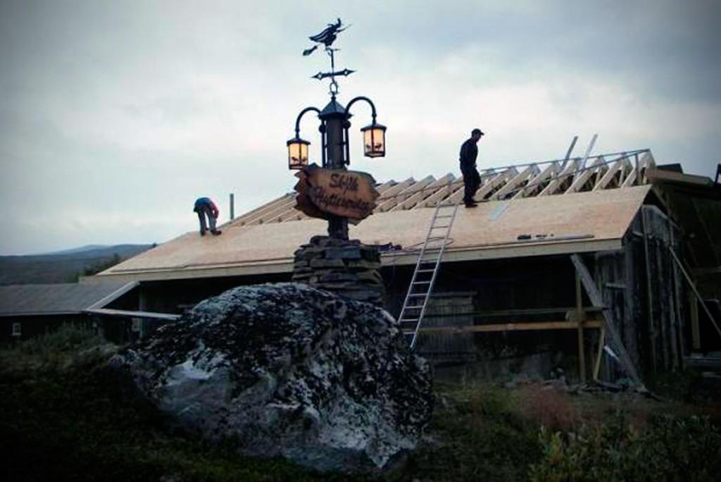 Bilde som viser vedlikehald av hytte